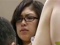 会社では上司に抱かれて自宅では旦那に抱かれる30代の眼鏡熟女