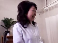熟女マニアの男たちが還暦のナースを病室に連れ込んで中出しセックスを撮影