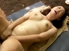 野外で潮吹きする熟女!刺激的な野外セックスでいつも以上に感じる不倫妻