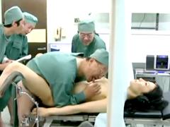 美しい熟女を輪姦する産婦人科医師集団 スレンダーな女体を味わいながら膣内射精を繰り返す