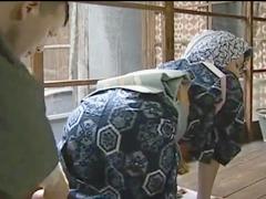 着物姿で家事をする熟女のデカ尻がそそる…着物をめくり上げてヤリまくる昭和の女