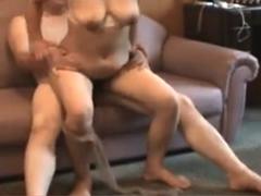 立派な巨乳を晒して腰を振りまくる熟女 股間を密着させて交尾する中年カップルの素人動画