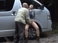 近所の熟女が同じ町内のおじさんと野外でエロい事してカーセックスで不倫してた