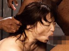 熟女と黒人のSEX 巨根と豪快なピストンで絶叫するおばさん