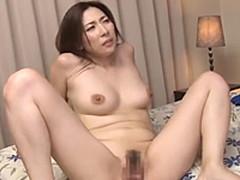 美人妻が膣から精液を溢れさせて再びペニスをおねだり