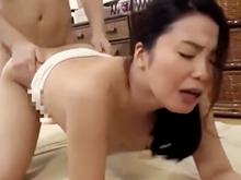 管理人の熟女と中出しセックス!一人暮らしをしている若者の精液を求めるおばさん