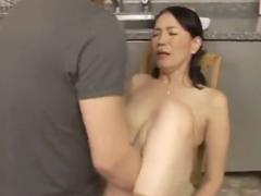 キッチンで近親相姦を繰り広げる親子!清楚な熟女に股を開いてドクドク中出し