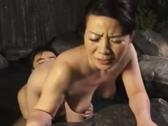 五十路の熟女が息子と混浴で乳繰り合う!膣内をこねくり回されて善がる母