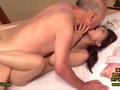 年老いた義父と本気でセックスしてしまう美人妻!息子の嫁を寝取って種付け