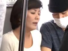 電車内で痴漢に手マンされてる熟女を発見!まんざらでもない顔で公衆トイレに連れ込まれて…