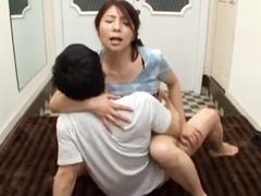 家庭内で犯された美しい熟女 性欲が暴走した息子が強引に母を寝取って種付け交尾