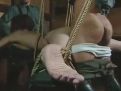 潮と小便にまみれた膣を舐めて豪快に犯す!アラサー女を拘束して輪姦レイプする鬼畜な男たち