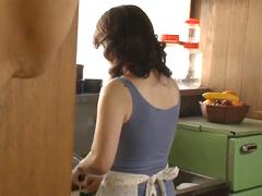 夕食の支度をしている熟女の後ろ姿は抜ける…五十路母を犯す暴走息子
