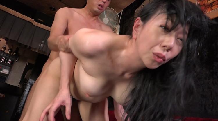 働くおばさんと職場でセックス…3