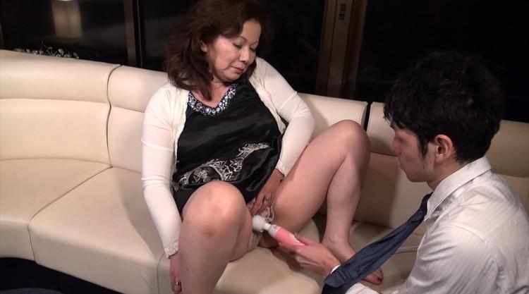 働くおばさんと職場でセックス…9