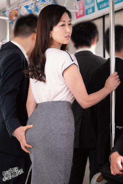 五十路妻と痴漢のセックス…1